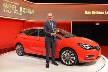 Dr. Karl-Thomas Neumann, forstjóri Opel í Þýskalandi, tekur við Gullna stýrinu fyrir Opel Astra.